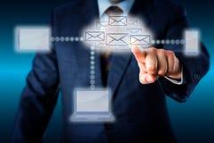 Chef Touching en värd av Emails i molnnätverk Arkivbilder