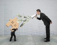 Chef- uit bespuitend dollarrekeningen die bij werknemer het dragen hous schreeuwen Stock Foto