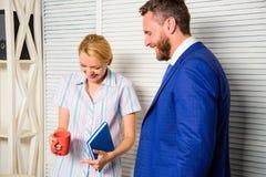 Chef und Arbeitskraft besprechen Geschäft Beziehungen am Arbeitsplatz Ruhige freundliche Atmosphäre der Kollegen Freundschaft von stockfotos