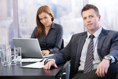 Chef und Assistent im Konferenzzimmer stockbild