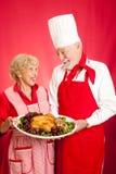 Chef und Hauswirtschaftsleiterin mit Feiertags-Abendessen Lizenzfreies Stockbild