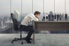 Chef wählt passende Kandidaten zum Arbeitsplatz vor Konzept der Einstellung und des Teams stockbild