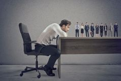 Chef wählt passende Kandidaten zum Arbeitsplatz vor Konzept der Einstellung und des Teams lizenzfreies stockbild