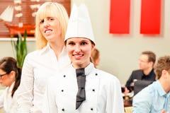 Chef And Waiter With ihre Gäste stockbild