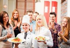 Chef And Waiter With ihre Gäste stockbilder