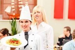 Chef And Waiter With ihre Gäste lizenzfreie stockfotografie
