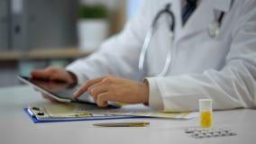 Chefarztberatung geduldig online unter Verwendung der Tablette, moderne Technologien lizenzfreies stockbild