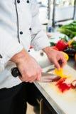 Chefausschnittzwiebeln und -gemüse, zum sich für das Kochen vorzubereiten Stockbilder