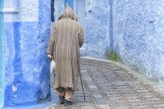 CHEFCHAOUEN, MAROCCO - FEBBRAIO, 19 DEL 2017: Uomo non identificato che cammina nel Medina blu di Chefchaouen Fotografia Stock Libera da Diritti