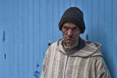 CHEFCHAOUEN, MAROKKO - FEBRUAR, 19 2017: Nicht identifizierter Mann im blauen Medina von Chefchaouen Lizenzfreie Stockbilder