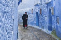 CHEFCHAOUEN, MAROKKO - FEBRUARI, 19 2017: Niet geïdentificeerde vrouw die in blauwe medina van Chefchaouen lopen Royalty-vrije Stock Foto's
