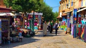 Chefchaouen, Marokko, 2 Oktober 2018: Het straatleven van de Blauwe stad Chefchaouen stock footage