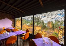 Chefchaouen Medina centrum od sławnej kawiarni, błękitna miasto linia horyzontu dalej fotografia stock