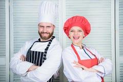Chefe da cozinha Ingrediente secreto pela receita Uniforme do cozinheiro cozinheiro chefe do homem e da mulher no restaurante Coz fotos de stock