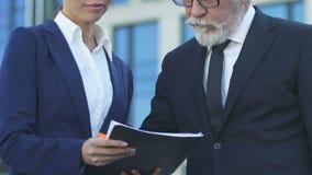 Chefe de doação assistente para assinar o contrato ou o informe anual, resolvendo edições de negócio filme