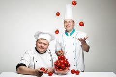 Chefe dois com tomate Fotos de Stock Royalty Free