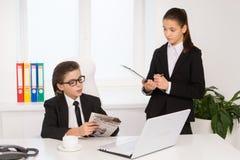 Chefe e secretário pequenos. Fotografia de Stock Royalty Free