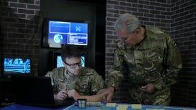 Chefe e soldado no uniforme da camuflagem, na instrução, na monitoração vídeos de arquivo