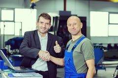Chefe e trabalhador com polegar acima imagens de stock