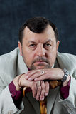 Chefe ereto da máfia do retrato que mostra os polegares Foto de Stock Royalty Free