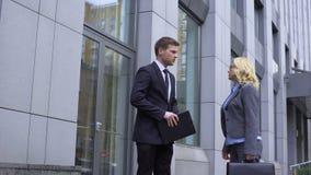 Chefe fêmea maduro que ignora o colega masculino novo, dia do trabalho ocupado, uma comunicação video estoque