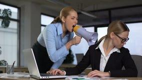 Chefe fêmea que grita com o megafone no colega, liderança autoritária filme