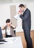Chefe irritado que grita no empregado Fotografia de Stock Royalty Free