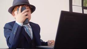 Chefe irritado que grita quando conversação móvel pelo smartphone no speakerphone no escritório para negócios Homem de neg?cios m vídeos de arquivo