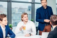 Chefe masculino de sorriso que fala à unidade de negócio imagem de stock royalty free