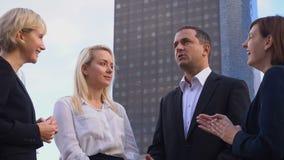 Chefe masculino que fala com os empregados do negócio na defesa Paris do La vídeos de arquivo