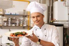 Chefe novo na cozinha no restaurante imagens de stock