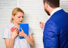 Chefe para discriminar o trabalhador fêmea Discriminação e problema pessoal da atitude Conceito da discriminação Preconceito e foto de stock