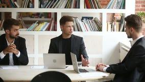 Chefe que explica a estratégia do projeto ao gerente executivo na reunião do escritório video estoque