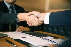 Chefen för avdelningshuvud skakar händer och accepterar till nytt rum för anställd i regeringsställning arkivbild