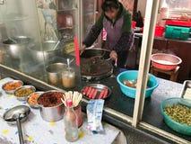 Chefen lagar mat mat i billig stads- eatery arkivfoto
