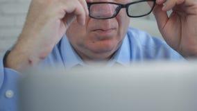 Chefen Preparing som arbetar med bärbara datorn, satte hans glasögon fotografering för bildbyråer