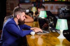 Chefen skapar stolpen för att tycka om kaffe Online-dricka kaffe för Hipsterfreelancerarbete ta för man för avbrottskaffebegrepp  arkivbild
