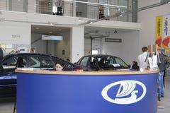 Chefer i ettrum av bilåterförsäljaren Arkivbild