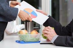 Chefer som analyserar ett pajdiagram Arkivbild