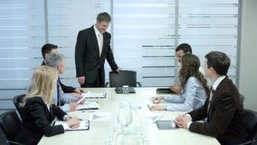 Chefer väntar på framstickandet stock video