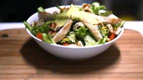 Cheff, das Caesar-Salat zubereitet stock video footage