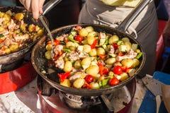 Cheff, das traditionelle Mittelmeerkrake auf Straßenstall kocht stockfoto