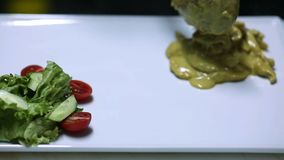 Cheff narządzania kurczaka curry'ego talerz zdjęcie wideo