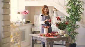 Cheffrau und -florist, die Obst und Gemüse für die Herstellung des Fruchtblumenstraußes und des Gesprächslächelns vorbereiten stock video