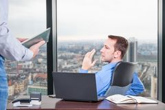 Chefhårda arbeten i kontoret på byggnaden för bästa golv bredvid fönstret Royaltyfria Bilder