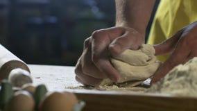 Chefh?nde, die Teig f?r Pizza auf Tabelle in der K?che HD 100fps zubereiten stock footage
