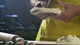 Chefh?nde, die Teig f?r Pizza auf Tabelle in der K?che HD 100fps zubereiten stock video footage