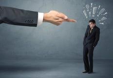 Chefhand, die schuldigen Geschäftsmann feuert Stockbild