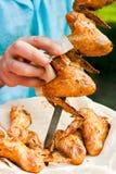 Chefkoch, der gegrillte Hühnerflügel vorbereitet Lizenzfreie Stockfotografie