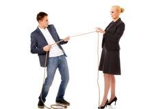 Chefkonzeptfrauenholding fangen zwei Finger, den Mann ein, der ein Seil zieht und können nicht gewinnen Lizenzfreie Stockfotos